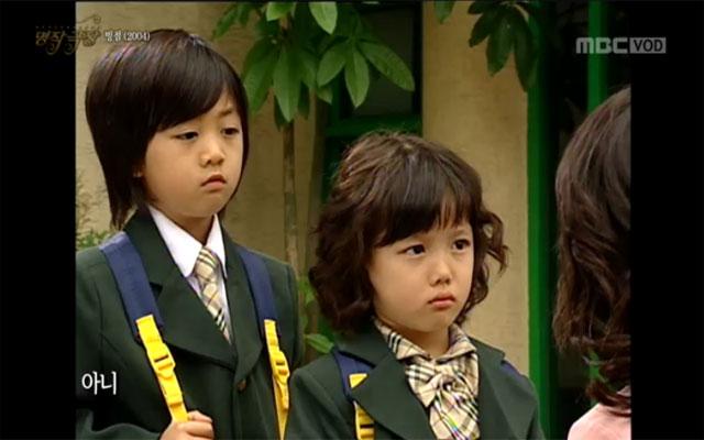 앵그리맘 김유정, 깜찍했던 어린 시절 앵그리맘에 출연하는 김유정(왼쪽에서 두 번째)은 지난 2004년 MBC 드라마 빙점에 출연했다./ MBC 해피타임-명작극장 방송 화면 캡처