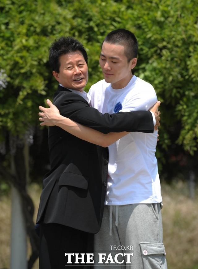 가수 부자 이루-태진아. 이루와 태진아가 스캔들로 세간의 관심을 끌고 있다. 사진은 이루가 2008년 5월 1일 충남 논산 육군 훈련소에 입소할 당시 태진아와 인사를 나누고 있는 장면. /더팩트DB