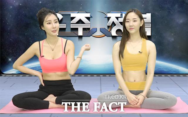 레이싱 모델 신세하(왼쪽)와 요가 강사 부서현이 보디보디 촬영 중 스트레칭법을 소개하고 있다. /해당 영상 갈무리