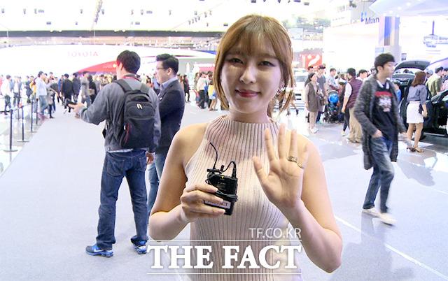 레이싱모델 김세라가 지난 4일 오후 경기 고양시 일산 킨텍스에서 열린 2015 서울모터쇼에서 인터뷰를 갖고 있다./해당 영상 갈무리