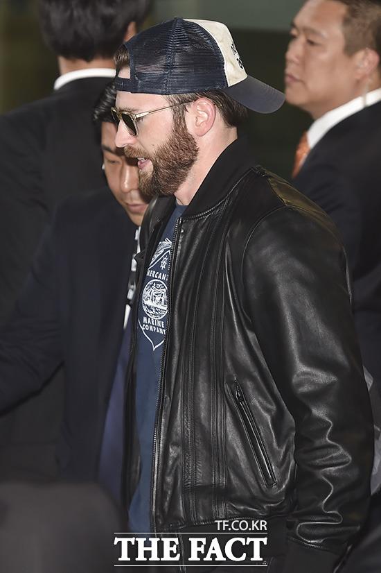 어벤져스2의 배우 크리스 에반스가 16일 오후 인천국제공항을 통해 입국하고 있다. /인천국제공항=최진석 기자
