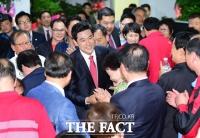 [TF포토] 환호 받으며 선거사무소 들어서는 오신환