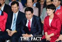 [TF포토] 개표 방송에 집중하는 오신환 후보