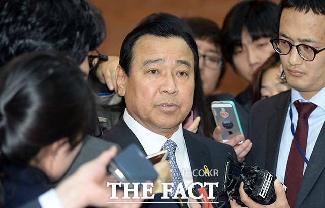 이완구 국무총리가 지난 15일 오전 서울 여의도 국회에서 열린 대정부질문에 참석해 기자들의 질문을 받고 있다./임영무 기자