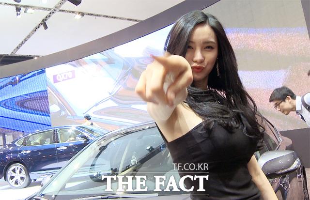 2015 서울모터쇼 인피니티 부스 앞에서 만난 레이싱모델 박하가 카메라를 향해 미소지으며 포즈를 취하고 있다./해당 영상 갈무리