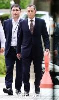 [TF포토] 무거운 발걸음으로 법정 향하는 장세주 동국제강 회장