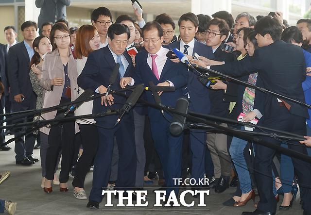 [TF현장] '모래시계 검사' 홍준표, 검찰 출두 '불편하네~' - Ptoday ...
