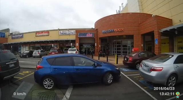 주차는 어려워? 미숙한 주차 능력을 보인 한 외국인 여성의 영상이 올라와 눈길을 끌고 있다./유튜브 eBABYCA 영상 화면 갈무리