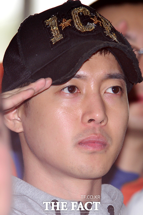 김현중, 마음 전한 편지. 가수 김현중이 입대 전 팬들에게 편지를 적어 공개했다. / 남윤호 기자