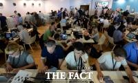 [TF포토] 속보 경쟁 펼쳐진 칸영화제 프레스센터