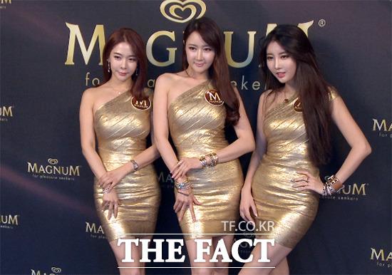 레이싱 모델 엄지아 한채이 신세하(왼쪽부터)가 16일 서울 강남구 청담동 비하이브에서 열린 매그넘 론칭 파티에 참석해 포즈를 취하고 있다. /해당 영상 갈무리