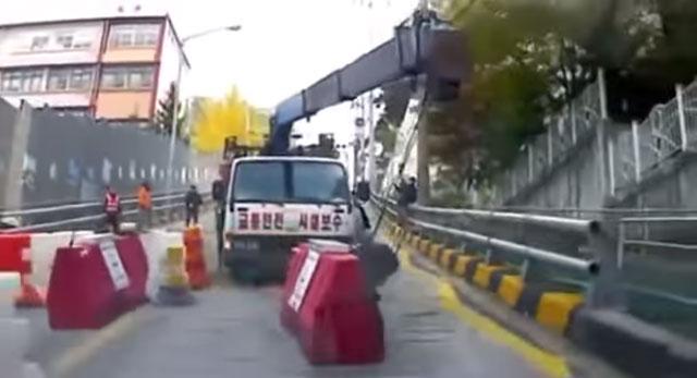 공포의 질주 운전자 없이 내리막을 질주하는 크레인 트럭 영상이 눈길을 끌고 있다. /유튜브 영상 갈무리