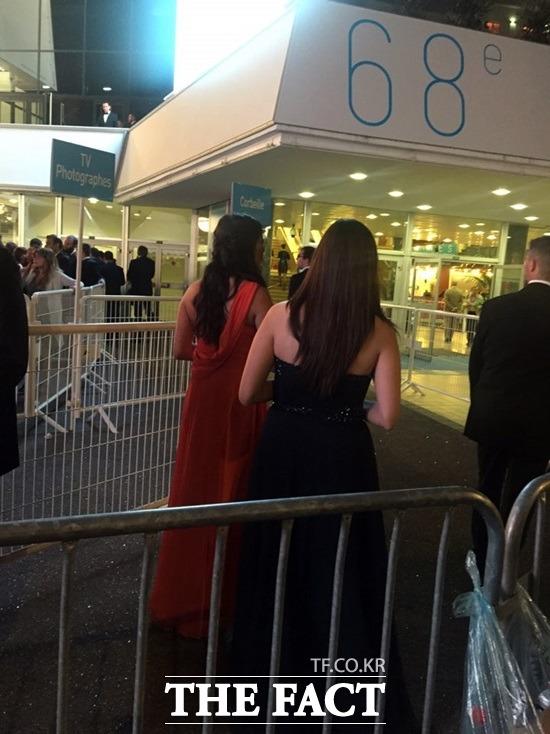 드레스 업, 마담! 뤼미에르 대극장에서 영화를 보기위해 드레스를 입은 여성들. /칸=성지연 기자