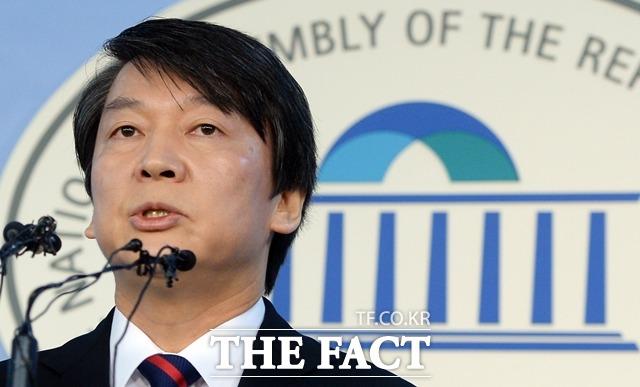 안철수, 재산 1년사이 절반으로 안철수 새정치민주연합 전 대표의 1재산이 1년사이 절반으로 줄어들은 이유에 대해 네티즌의 이목이 집중됐다./더팩트DB