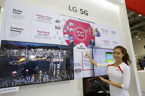 올해는 어떨까? LG전자가 지난해 부산 벡스코에서 열린 월드IT쇼(WIS)에 참가해 5G전시존을 선보이고 있다./ LG전자 제공