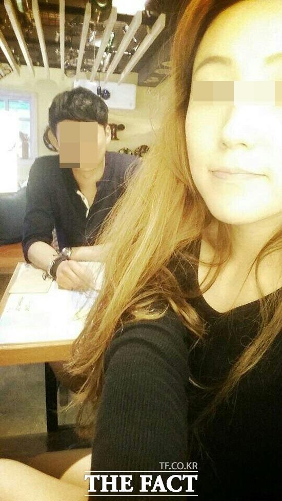 둘은 어떻게 만났나 서울 관악경찰서는 지난 20일 헤어지자는 여자 친구 김모(26) 씨의 말에 목을 졸라 살해한 뒤 충북 제천의 야산에 시멘트를 부어 시신을 은폐한 혐의로 이모(26) 씨에 대한 구속영장을 신청했다. 생전 고인(오른쪽)과 피의자 이 씨가 함께 찍은 사진./유족 제공
