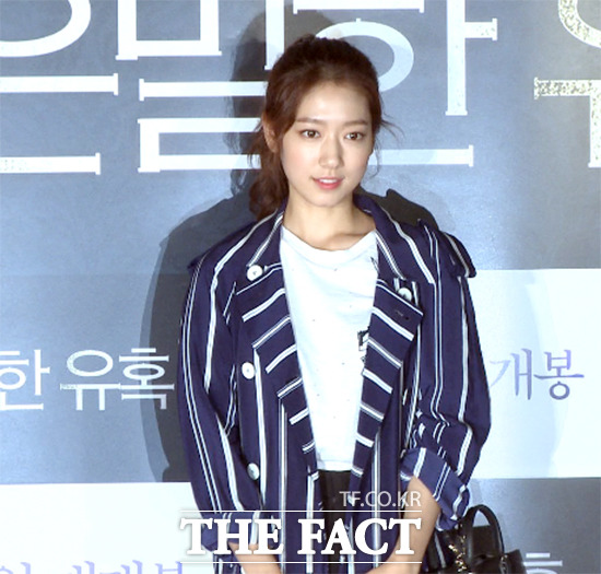 배우 박신혜가 28일 오후 서울 영등포구 CGV 영등포에서 열린 영화 은밀한 유혹 VIP 시사회에 참석해 포즈를 취하고 있다. /해당 영상 갈무리