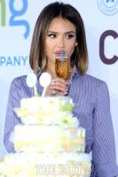 [TF포토] 제시카 알바, '기저귀 케이크 앞에서 축배'