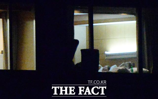 5월 22일 밤 단독으로 포착한 이건희 회장은 위독하다는 세간의 일부 루머와 달리 평온한 상태로 침대에 누워 휴식을 취하고 있었다. 이 회장은 자발 호흡을 하면서 건재한 상태로 재활치료에 전념하고 있다. /삼성의료원=이효균 기자