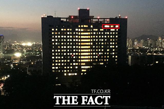 삼성서울병원 건너편 아파트 옥상에서 바라본 이건희 회장의 병실. 건물 오른쪽 20층 VIP 병실은 밝게 불이 켜져 있다.