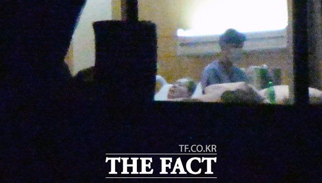 지난달 22일 밤 이건희 회장이 삼성서울병원 20층 VIP 병실에 편안한 표정으로 누워 있다. 이번 사진으로 이건희 회장의 사망설이나 건강 악화 루머는 종지부를 찍을 것으로 기대된다. /이효균 기자