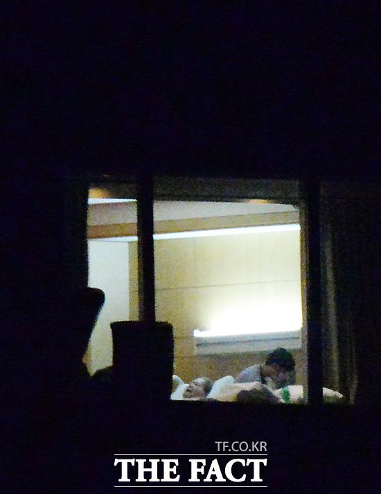 <더팩트>가 지난달 22일 밤 단독으로 카메라에 담은 이건희 회장은 위독하다는 세간의 일부 루머와 달리 평온한 상태로 침대에 누워 휴식을 취하고 있다. /이효균 기자