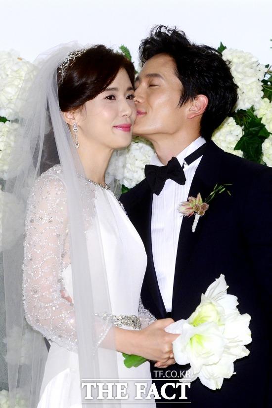 배우 이보영(왼쪽) 지성 부부가 첫 아이를 품에 안았다. 이보영은 13일 건강한 딸을 출산했다. /더팩트DB