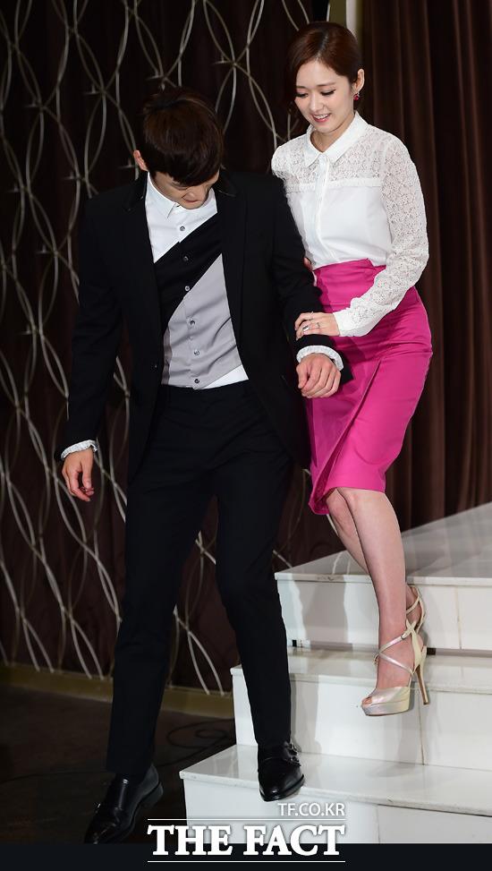 KBS2 새 월화드라마 너를 기억해 제작 발표회가 16일 오후 서울 영등포구 타임스퀘어 아모리스홀에서 열린 가운데 배우 서인국(왼쪽)과 장나라가 포토타임을 마친 뒤 손을 잡고 무대를 내려오고 있다. /배정한 기자