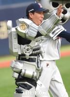 [TF포토] 로봇으로 변신한 장수원 '쑥쓰럽구만'