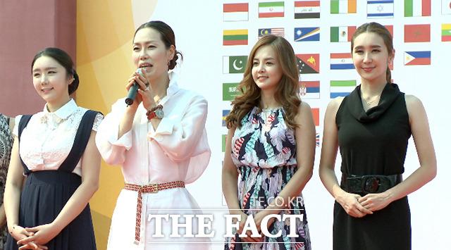 한복 디자이너로 유명한 제니퍼 목(왼쪽 두 번째)이 19일 서울 종로구 광화문광장에서 열린 2015 주한외국대사관의 날 행사에 참석해 소감을 말하고 있다. /해당 영상 갈무리