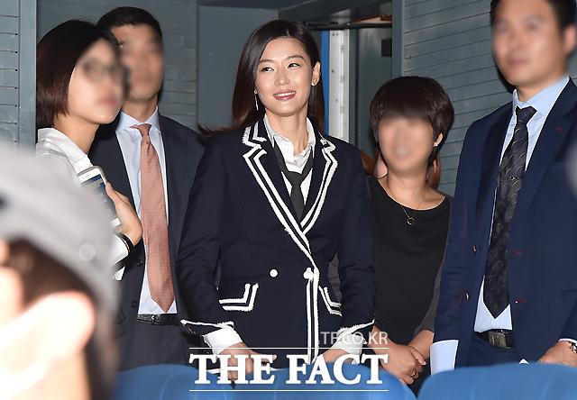 배우 전지현이 22일 오전 서울 압구정 CGV에서 열린 영화 암살의 제작보고회에 참석해 무대에 들어서고 있다./이새롬 기자