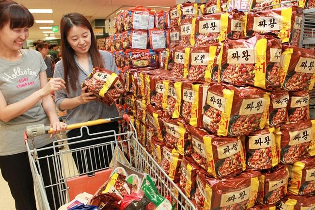 11일 농림축산식품부와 한국농수산식품유통공사가 발간한 '2015 가공식품 세분화 현황 면류편'에 따르면 지난해 우리나라 국민 1인당 라면 소비는 평균 76개로, 세계 1위에 올랐다. /농심 제공