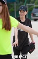 [TF사진관] 운동장으로 나온 리사 '야구에 소질 좀 있나요?'