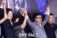 [TF사진관] '만세가 사람을 잡네!'…송윤아, '황당한 포토타임 굴욕'