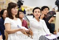[TF포토] 성평등도서관 '여기' 개관식 참석한 공지영과 강금실