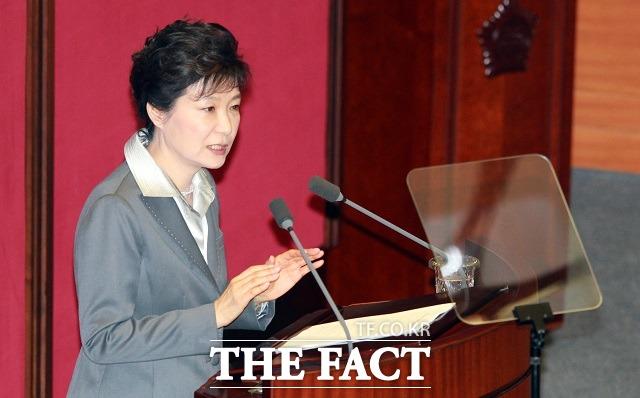 박근혜 대통령 기업인 사면 검토하겠다 16일 박 대통령은 김무성 새누리당 대표를 비롯한 여당 지도부와 청와대에서 회동을 갖고 경제인 특별사면에 대해 논의하고 당의 건의 내용을 검토하겠다는 의사를 밝혔다. / 더팩트 DB