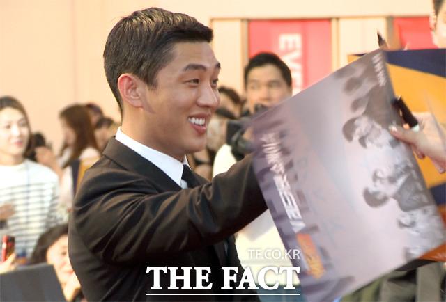 배우 유아인이 17일 저녁 서울 영등포구 타임스퀘어 1층 아트리움에서 열린 영화 베테랑의 V레드카펫 쇼케이스에서 팬들에게 인사하고 있다./해당 영상 갈무리