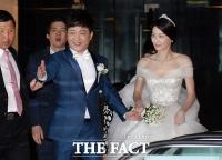 [TF클릭] 신부 챙기는 박현빈, '자상한 남편이죠(?)'