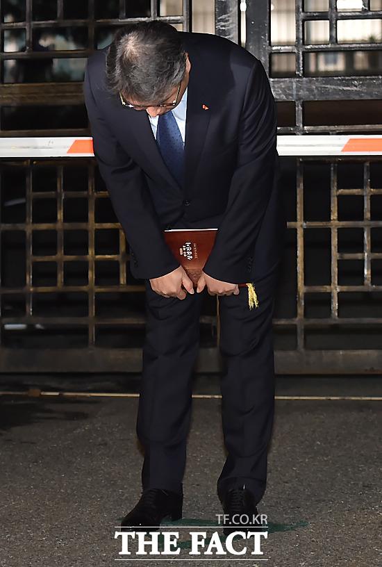 광복절 특별사면으로 14일 자정께 의정부교도소에서 출소한 최태원 SK그룹 회장이 취재진을 향해 인사하고 있다. / 의정부=이새롬 기자