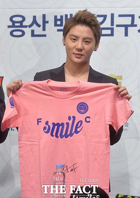 JYJ 김준수가 지난 10일 서울 용산구 백범김구기념관 컨벤션홀에서 열린 2015 FC SMILE 창단식에서 자필 사인을 한 티셔츠를 들고 포토타임을 갖고 있다./문병희 기자