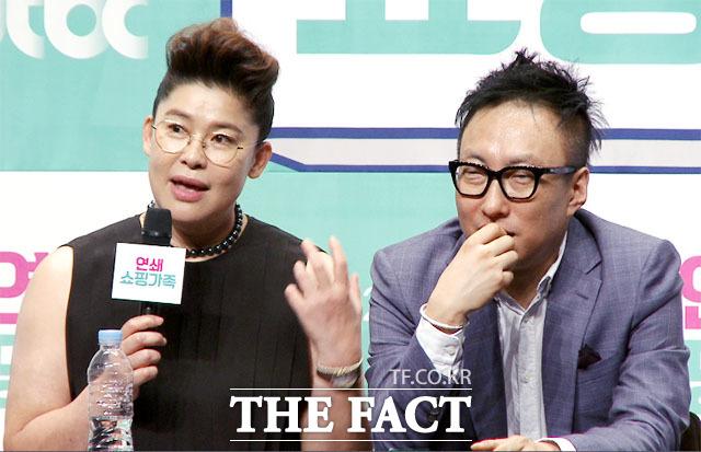 방송인 이영자(왼쪽)가 19일 오후 서울 마포구 상암동 jtbc 사옥에서 열린 jtbc 예능 프로그램 연쇄쇼핑가족 제작 발표회에 참석해 인터뷰를 갖고 있다./해당 영상 갈무리