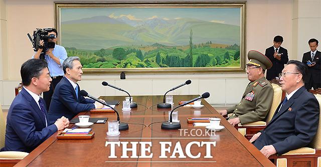 남북 고위급 접촉이 전격적으로 이뤄진 22일 오후 김관진 국가안보실장(왼쪽 두번째)과 황병서 북한 군총정치국장(오른쪽 두번째)이 이야기를 나누고 있다.