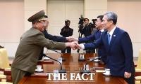 [TF포토] 김관진-황병서 만났다... '통일부, 남북 고위급 회담 장면 공개'