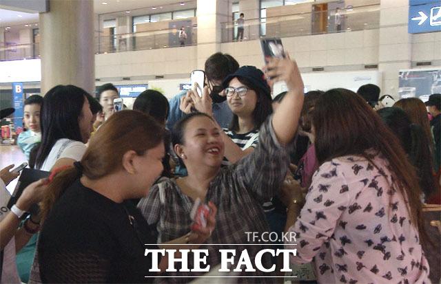 배우 겸 방송인 이광수가 28일 오후 인천국제공항을 통해 귀국한 가운데 그를 기다린 팬들에게 둘러싸여 있다./해당 영상 갈무리