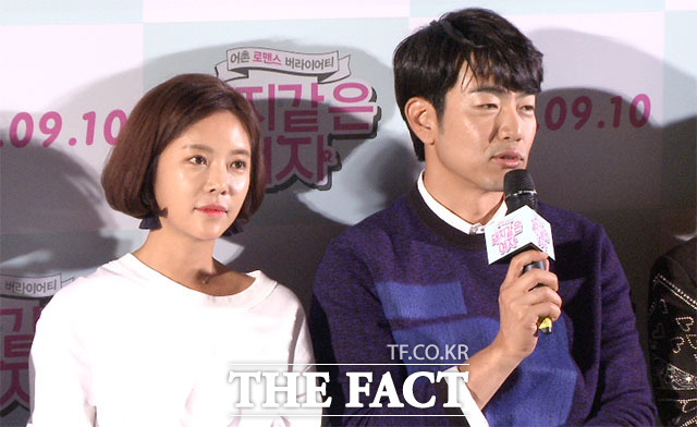 배우 이종혁(오른쪽)이 31일 오후 서울 중구 대한극장에서 열린 영화 돼지 같은 여자 언론 시사회에 참석해 질문에 답하고 있다./해당 영상 갈무리