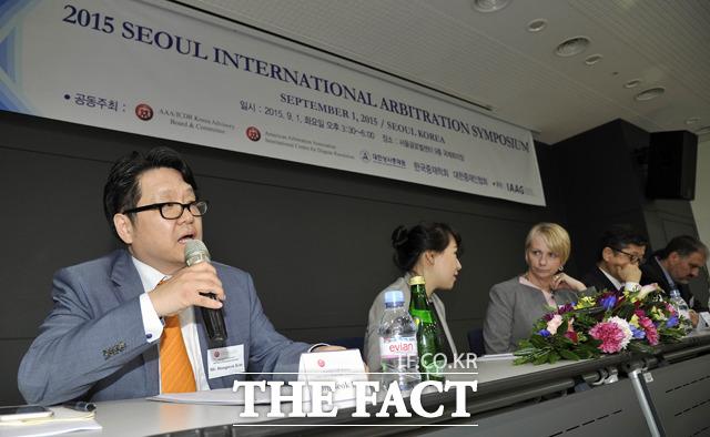 미국중재협회 국제분쟁해결센터(AAA/ICDR) 한국자문위원회 김홍석 의장(왼쪽)이 1일 오후 서울 종로구 서울글로벌센터에서 열린 2015 서울 국제 중재 심포지엄에서 모두 발언을 하고 있다.