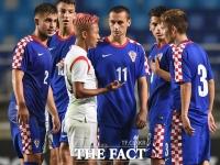 [TF포토] 이승우에게 몰린 크로아티아 선수들