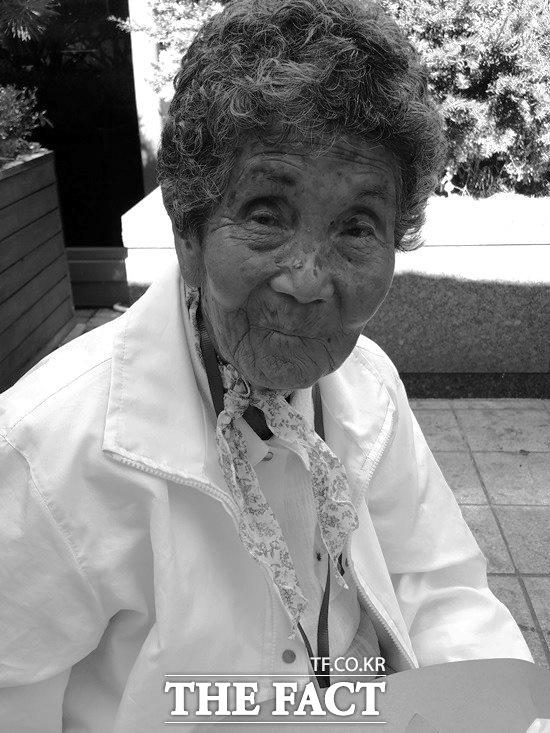 지원 한 푼 못 받았다 원폭 피해자 한차수(87) 할머니는 8일 오후 서울 영등포구 여의도의 한 은행 앞에서 더팩트와 만나 정부가 원폭 피해자들에게 지원을 해줬으면 좋겠다고 말했다. /여의도=신진환 기자