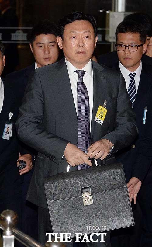 신동빈 롯데그룹 회장이 17일 오후 2시 국회 정무위원회 회의실에서 진행한 국정감사에 증인으로 출석해 경영권 분쟁과 관련해 사과의 말을 남겼다./임영무 기자