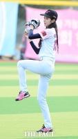 [TF사진관] '춤만 잘추는 야구 여신이 아니에요!'…박기량, '섹시한 와인드 업!'